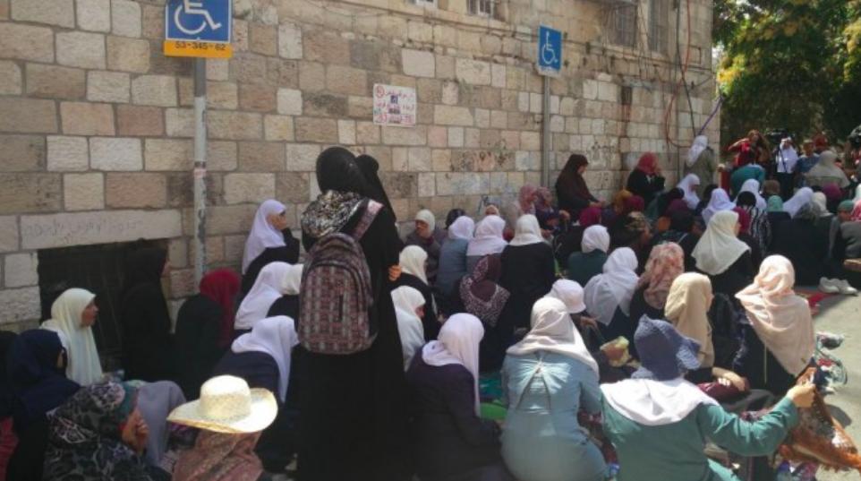 Des femmes musulmanes, protestant contre les mesures de sécurité israéliennes à la porte des Lions dans la Vieille Ville de Jérusalem et refusant d'entrer dans l'enceinte du mont du Temple pour rejoindre la mosquée Al-Aqsa à l'intérieur, le 25 juillet 2017. (Crédit : Raoul Wootliff / Times of Israel)