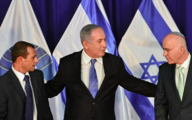 Le Premier ministre Benjamin Netanyahu est vu avec le chef sortant du Shin Bet, Yoram Cohen (D) et l'actuel chef Nadav Argaman (G) au bureau du Premier ministre à Jérusalem le 8 mai 2016. (Crédit : Kobi Gideon / GPO)