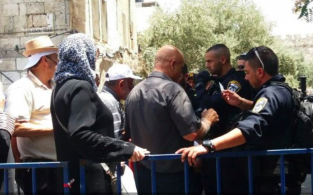 La police vérifie les cartes d'identité des fidèles musulmans à la porte des Tribus dans la Vieille Ville de Jérusalem, le 27 juillet 2017. (Crédit : Dov Lieber / Times of Israel)