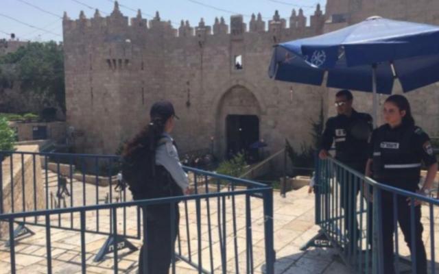 La police se tient à l'extérieur de la porte de Damas près de la Vieille Ville de Jérusalem le 28 juillet 2017. (Crédit : Judah Ari Gross / Times of Israel)