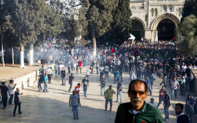 Les forces de sécurité israéliennes tirent des gaz lacrymogènes pour disperser les Palestiniens après que des affrontements éclatent à l'enceinte du mont du Temple dans la Vieille Ville de Jérusalem le 27 juillet 2017. (Crédit : AFP / Ahmad Gharabli)