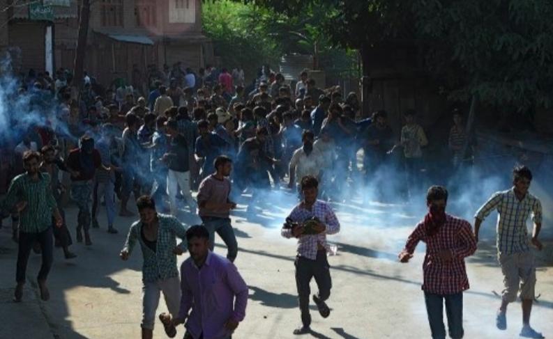 Les musulmans du Cachemire se sont rendus après que les forces du gouvernement indien ont tiré des coquilles de fumée pendant les funérailles de Tanveer Ahmed dans la ville de Beerwah, dans le Cachemire central, le 21 juillet 2017. (Crédit : AFP / Tauseef MUSTAFA)