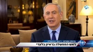 Interview du Premier ministre Benjamin Netanyahu sur la Vingtième chaîne, le 13 juillet 2017. (Crédit : capture d'écran YouTube/uz72777)