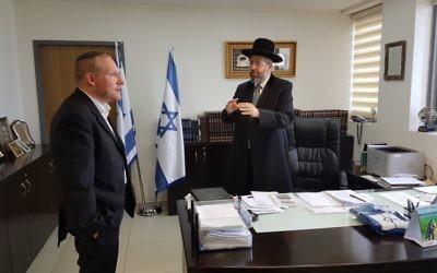 Le grand rabbin David Lau, à droite, et le cofondateur de Nefesh B'Nefesh, le rabbin Yehoshua Fass, le 11 juillet 2017. (Crédit : Nefesh B'Nefesh)