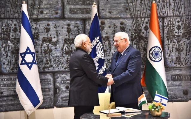 Poignée de mains entre le Premier ministre indien Narendra Modi et le président Reuven Rivlin, à la résidence présidentielle, le 5 juillet 2017. (Autorisation)