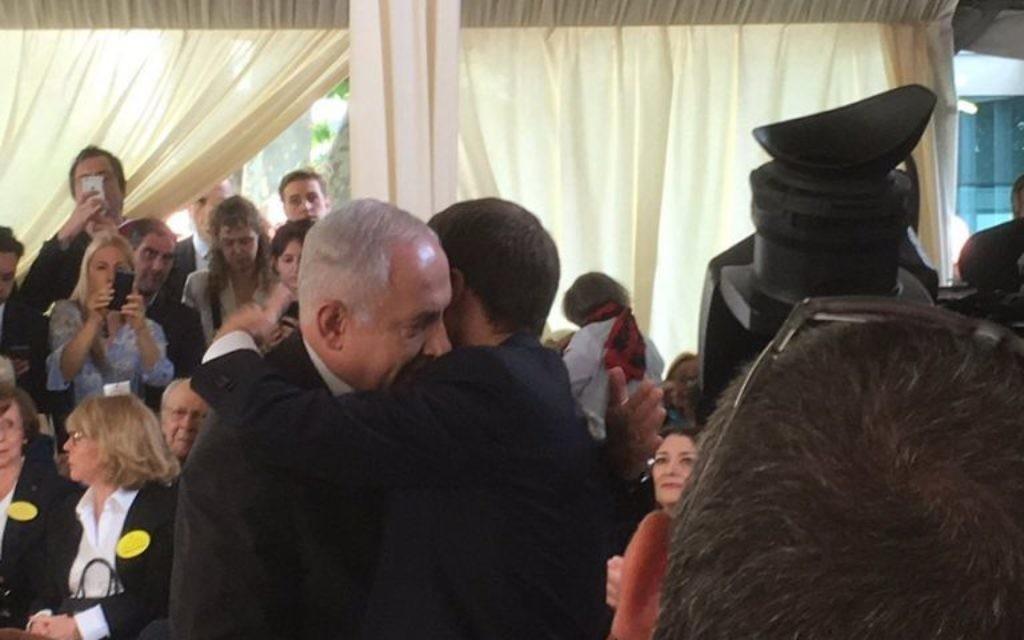 Le Premier ministre Benjamin Netanyahu et le président français Emmanuel Macron pendant la cérémonie de commémoration du 75e anniversaire de la rafle du Vél' d'Hiv', à Paris, le 16 juillet 2017. (Crédit : Twitter/Le CRIF)