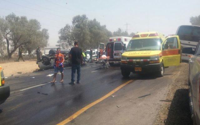 Secouristes sur la scène d'un accident de voiture qui a tué un officier israélien, le 17 juillet 2017. (Crédit : Magen David Adom)