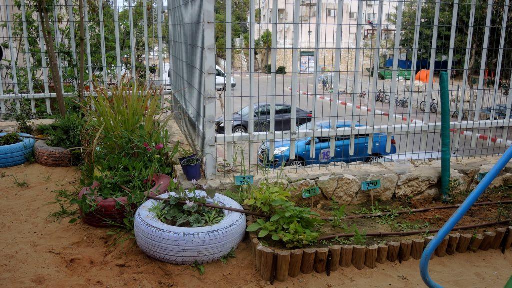 Le jardin du jardin d'enfants de Rivkie, à Modiin Illit, le 22 mars 2017. (Crédit : Melanie Lidman/Times of Israël)