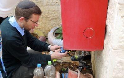 Avishai Himelfarb, fondateur et directeur de Leshomra, dans un jardin d'enfants à Modiin Ilit, le 22 mars 2017. (Crédit : Melanie Lidman/Times of Israël)