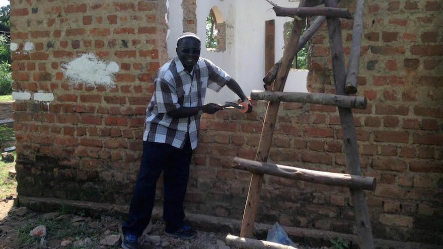 Le rabbin Gershom Sizomu, chef de la communauté juive ougandaise, démantèle la vieille synagogue de Nabagoye. (Autorisation : Bechol Lashon via JTA)