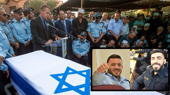 Le ministre israélien de la Sécurité intérieure Gilad Erdan parle durant les funérailles de l'agent de police druze israélien Kamil Shnaan dans le village de Hurfeish, dans le nord du pays, le 14 juillet 2017 (Crédit : Basel Awidat/Flash90). Une photo de l'adjudant Kamil Shnaan, à gauche, et de l'adjudant Sitawe, à droite, les agents de police assassinés durant l'attentat terroriste commis aux abords du mont du Temple à Jérusalem, le 14 juillet 2017 (Crédit : police israélienne)
