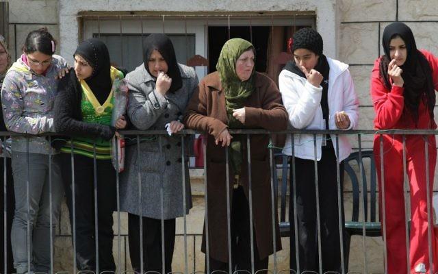 Des femmes arabes israéliennes se tiennent à un porche dans la ville d'Umm Al-Fahm dans le nord d'Israël. ( Crédit : Kobi Gideon/Flash90)