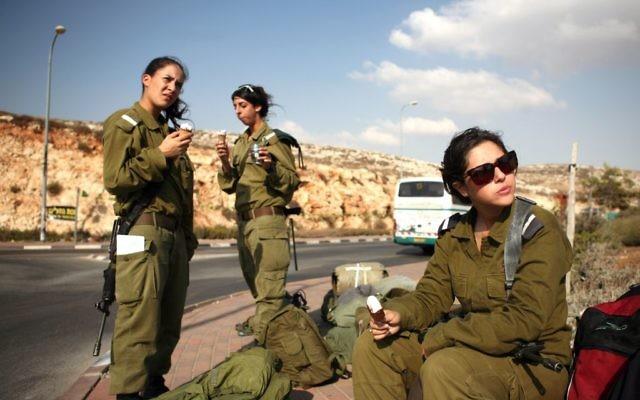 Des soldates israéliennes, près de Ramallah, en Cisjordanie, le 1er octobre 2009. Illustration. (Crédit : Matanya Tausig/Flash90)