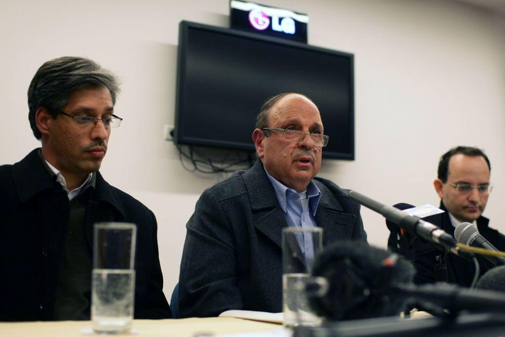 Adnan Husseini, au centre, responsable de l'Autorité palestinienne, pendant une conférence de presse à Jérusalem, le 10 janvier 2011. (Crédit : Kobi Gideon/Flash90)