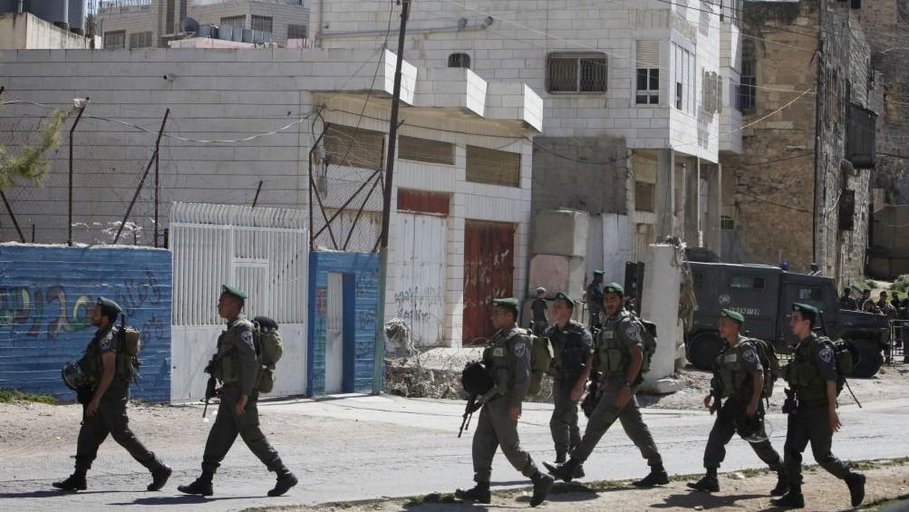 Les garde-frontières israéliens évacuent la Maison Machpela à Hébron le 4 avril 2012 (Crédit : Miriam Alster/Flash90)