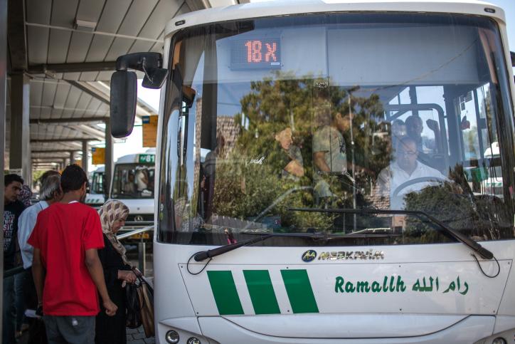 Arabes israéliens et Palestiniens à la gare routière de Jérusalem Est pour prendre le bus à destination de Ramallah. Illustration. (Crédit : Noam Moskowitz/Flash90)
