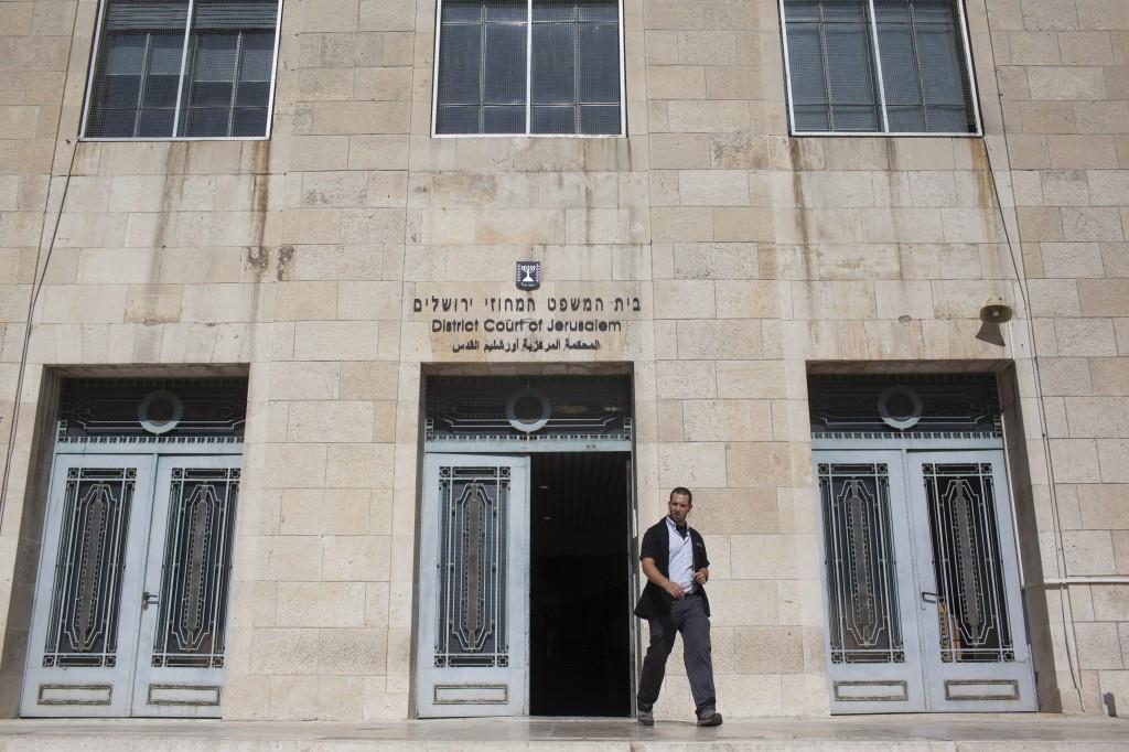 Photo illustrative d'un gardien de sécurité en dehors du tribunal de première instance de Jérusalem (Crédit : Yonatan Sindel / Flash90)
