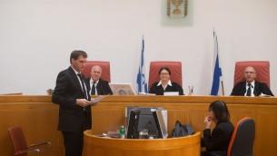 La magistrate à la Cour suprême Esther Hayut, au centre, avec les juges Noam Sohlberg, à droite, et Uzi Fogelman durant une audience à la Cour suprême de Jérusalem le 4 avril 2016 (Crédit : Yonatan Sindel/Flash90)