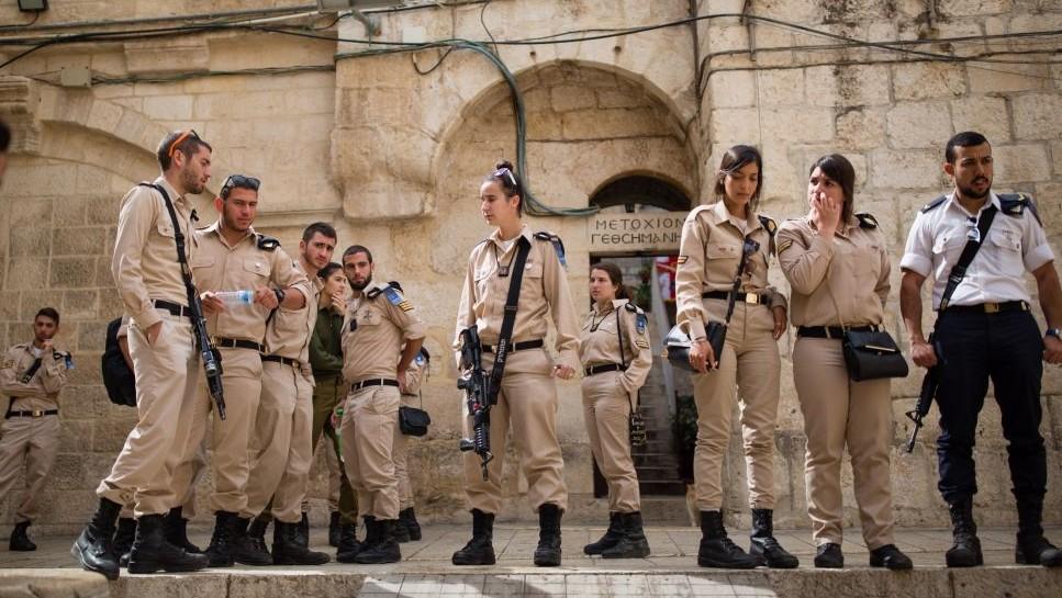 Des soldats de la Marine devant l'église du Saint-Sépulcre, dans la Vieille Ville de Jérusalem, le 12 avril 2016. (Crédit : Corinna Kern/Flash90)