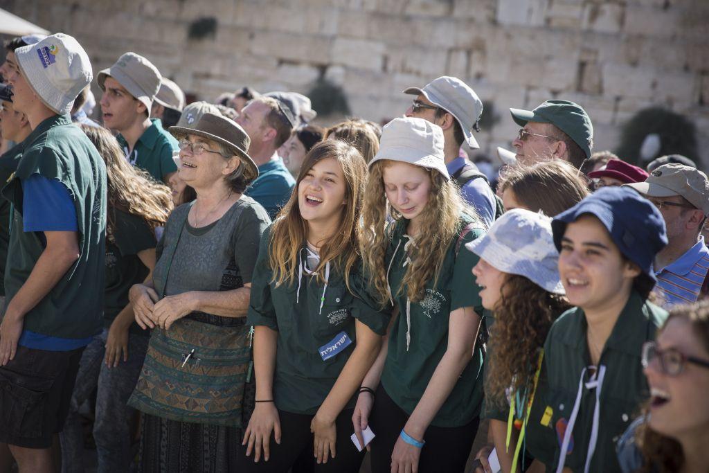 Des jeunes du mouvement conservateur Noam pendant une prière devant le mur Occidental, dans la Vieille Ville de Jérusalem, le 7 juillet 2016. (Crédit : Hadas Parush/Flash90)