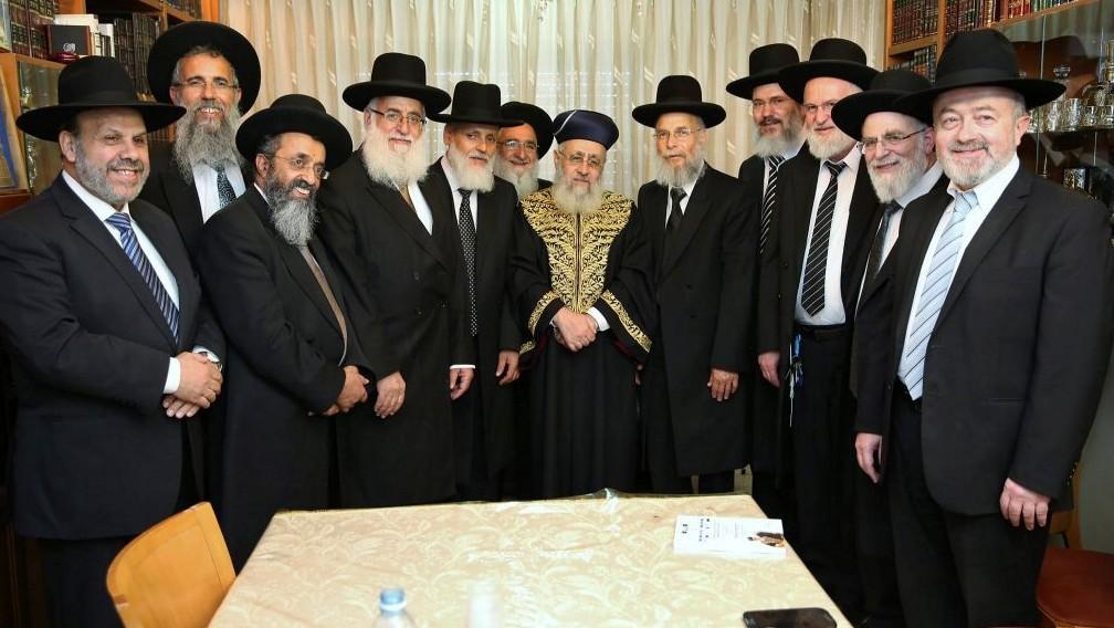 Le chef sépharade Yitzhak Yosef rencontre les juges récemment nommés à la Cour rabbinique suprême à Jérusalem, le 13 juillet 2016 (Crédit : Yaacov Cohen/Flash90)