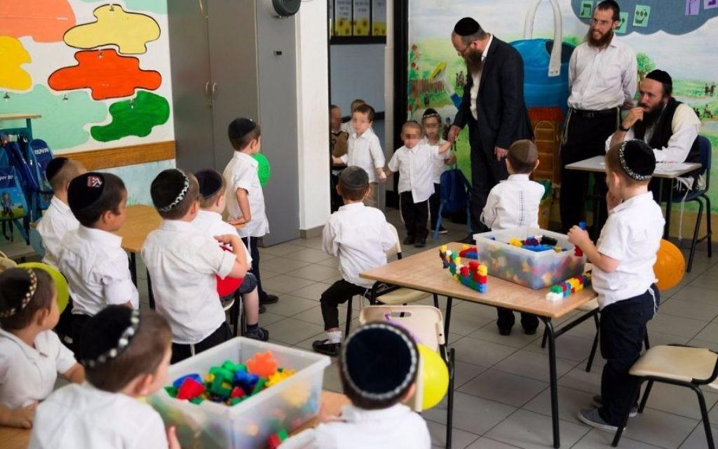 Eleves ultra-orthodoxes du Talmud Torah Poalei Menahem de l'implantation de Beitar Illit, en septembre 2016. (Crédit : Nati Shohat/Flash90)