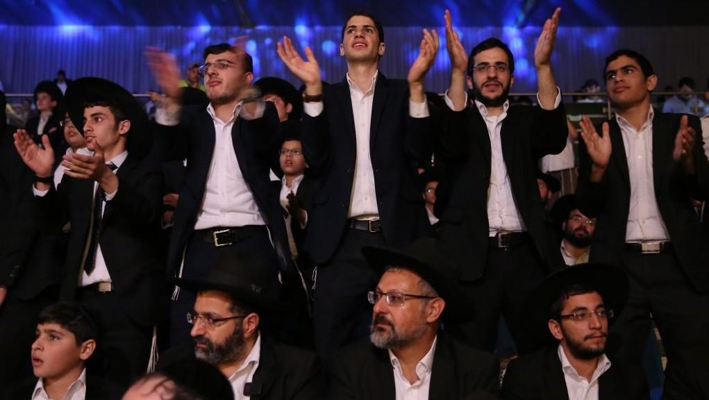 Cérémonie d'hommage au grand rabbin décédé Ovadia Yosef à Beitar Illit, le 27 octobre 2016. (Crédit : Yaakov Cohen/Flash90)