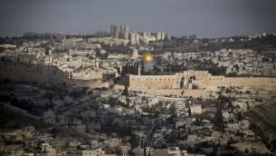 Contraste entre la Vieille Ville antique de Jérusalem et les quartiers modernes de la capitale, le 9 janvier 2017. Illustration. (Crédit : Yonatan Sindel/Flash90)