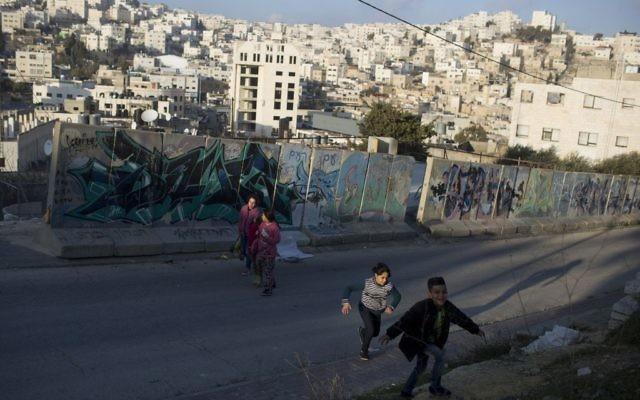 Des enfants palestiniens dans la ville de Hébron, en Cisjordanie, le 18 janvier 2017. (Crédit : Lior Mizrahi/Flash90)
