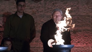 Les survivants de l'Holocauste allument six torches représentant les six millions de victimes du génocide nazi durant la cérémonie d'ouverture marquant YomHashoah au musée de l'Holocauste de Yad Vashem le 23 avril 2017 (Crédit : Yonatan Sindel/Flash90)