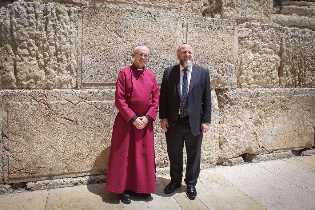 L'archevêque de Cantebury Justin Welby, à gauche, et le Grand rabbin Ephraim Mirvis, visite le mur Occidental, le site le plus saint du judaïsme, dans la Vieille ville de Jérusalem, le 3 mai 2017 (Crédit : Yonatan Sindel/Flash90)
