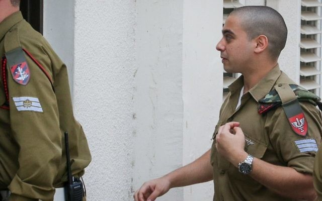 Elor Azaria devant la cour du quartier général de l'armée israélienne à Tel Aviv, le 17 mai 2017. (Crédit : Flash90)