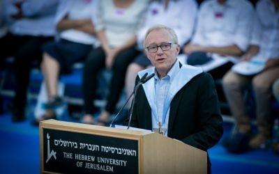 David Grossman, docteur honoraire de l'université hébraïque de Jérusalem, le 11 juin 2017. (Crédit : Miriam Alster/Flash90)