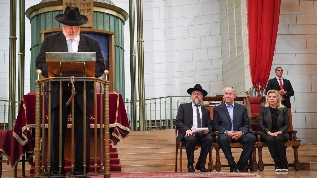 Le Premier ministre Benjamin Netanyahu et son épouse Sara à la Grande Synagogue de Strasbourg, durant une allocution du Grand Rabbin René Gutman, le 30 juin 2017. (Crédit : Kobi Gideon/GPO/Flash90)