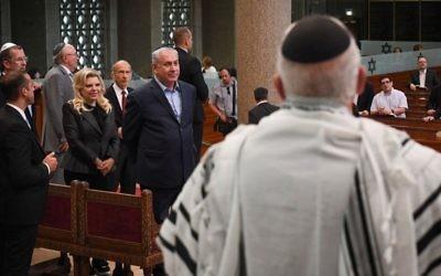 Le Premier ministre Benjamin Netanyahu et son épouse Sara à la Grande Synagogue de Strasbourg,, le 30 juin 2017. (Crédit : Kobi Gideon/GPO/Flash90)