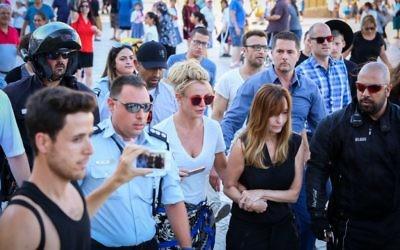 La chanteuse américaine Britney Spears ( au centre) s'est rendue au mur Occidental à Jérusalem, le 2 juillet 2017 avant son concert à Tel Aviv. (Crédit :Shlomi Cohen/Flash90)