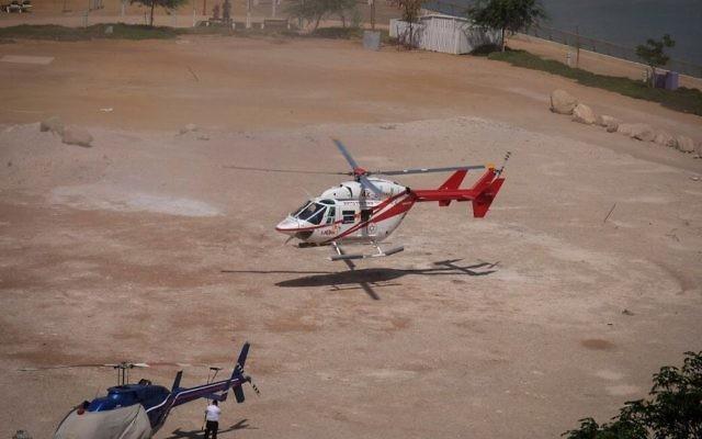 Evacuation par hélicoptère d'une personne souffrant de déshydratation à la mer Morte, pendant une vague de chaleur, le 3 juillet 2017. Illustration. (Crédit : Gershon Elinson/Flash90)