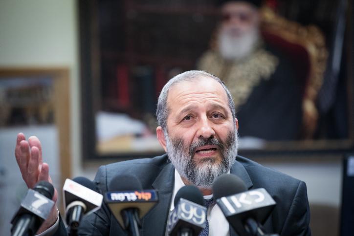 Le chef du parti Shas, Aryeh Deri, lors de la réunion hebdomadaire du parti à la Knesset, le 3 juillet 2017. (Crédit : Yonatan Sindel/Flash90)