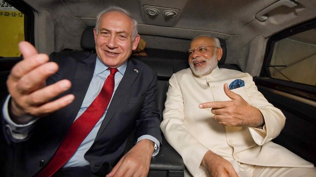 Le Premier ministre Benjamin Netanyahu dans une voiture avec son homologue indien Narendra Modi après l'arrivé de ce dernier à l'aéroport international de Ben Gurion à Tel Aviv le 4 juillet 2017 (Crédit : Haim Zach / GPO / Flash90)