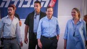 Isaac Herzog, chef du Parti travailliste, avec son épouse Michal, le jour des élections pour la tête de son parti, le 4 juillet 2017. (Crédit : Miriam Alster/Flash90)