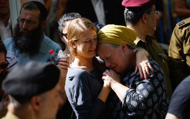 Famille et amis assistent aux funérailles du lieutenant David Golovenchik au cimetière militaire du mont Herzl, à Jérusalem, le 5 juillet 2017. (Crédit : Hadas Parush/Flash90)