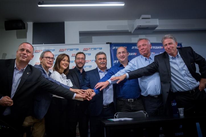Amir Peretz, candidat à la direction du Parti travailliste, au centre, avec le président de la Histadrout Avi Nissenkorn et des députés travaillistes pendant une conférence de presse à Tel Aviv, le 5 juillet 2017. (Crédit : Miriam Alster/Flash90)