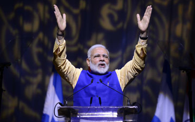 Le Premier ministre indien Narendra Modi pendant un évènement marquant les 25 ans de relations entre Israël et l'Inde au Centre des conventions de Tel Aviv, le 5 juillet 2017. (Crédit : Tomer Neuberg/Flash90)