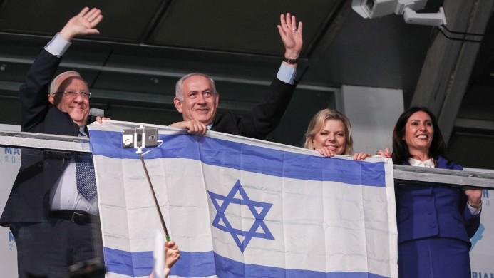 Le président israélien Reuven Rivlin, le Premier ministre Benjamin Netanyahu et son épouse Sara, et la ministre de la Culture et du Sport Miri Regev assistent à la cérémonie d'ouverture des 20èmes Jeux Maccabiah à Jérusalem, le 06 juillet 2017 (Crédit : Yonatan Sindel / Flash90)