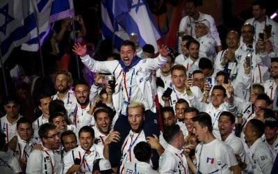 Les athlètes juifs qui participent aux 20èmes Maccabiades avec le drapeau national lors de la cérémonie d'ouverture des Jeux de Maccabiah à Jérusalem, le 6 juillet 2017 (Crédit : Yonatan Sindel / Flash90)