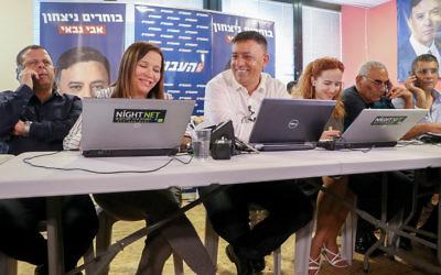 Avi Gabbay, au centre, avec Stav Shaffir et Shelly Yachimovich, avant la fin de sa campagne pour la tête du Parti travailliste, à Tel Aviv, le 9 juillet 2017. (Crédit : Flash90)