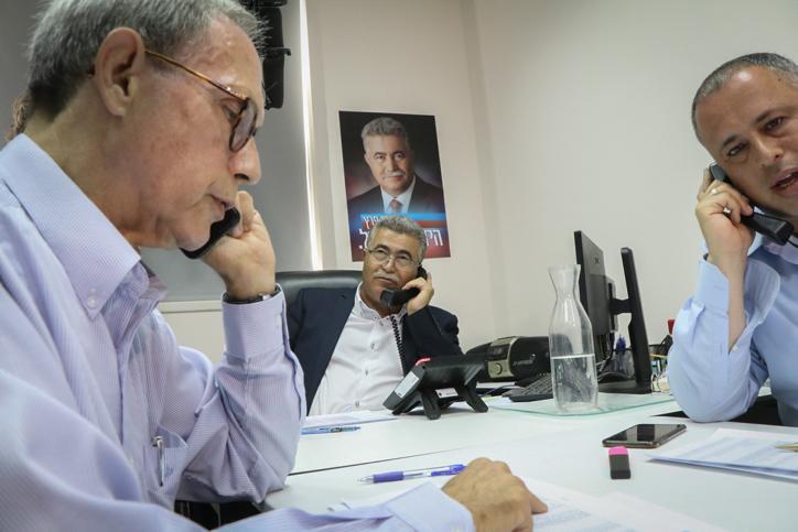 Amir Peretz, au centre, avec Hilik Bar, à droite, et Nachman Shai, à gauche, avant la fin de sa campagne pour la tête du Parti travailliste, à Tel Aviv, le 9 juillet 2017. (Crédit : Flash90)