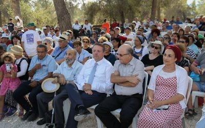 Les dirigeants du mouvement des implantations pendant la cérémonie des trois ans de l'avant-poste d'Oz Vegaon, dans le Gush Etzion, le 9 juillet 2017. (Crédit : Gershon Elinson/Flash90)
