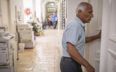 Mordechai Vanunu devant la Cour des magistrats de Jérusalem, qui l'a reconnu coupable d'avoir violé les conditions de sa libération, le 10 juillet 2017. (Crédit : Hadas Parush/Flash90)