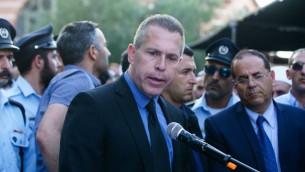 Le ministre de la Sécurité intérieure Gilad Erdan s'exprime lors des funérailles du policier druze israélien Kamil Shnaan dans le village de Hurfeish, situé dans le nord du pays, le 14 juillet 2017 (Crédit : Basel Awidat/Flash90)